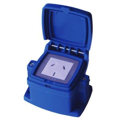 Caja capsulada en superficie azul 1 tomacorrien...